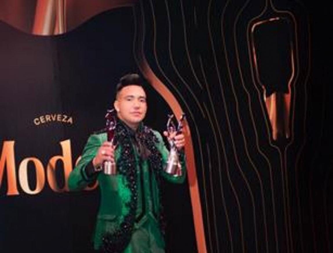 Elvis Martínez celebra sus 4 premios